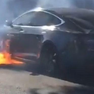 Un auto Tesla estalla envuelto en llamas en una congestionada avenida de Los Ángeles